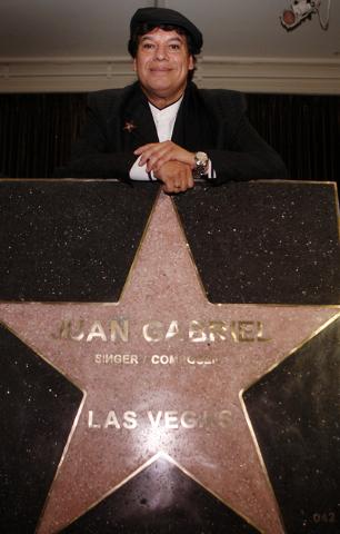 En esta foto de archivo de diciembre del 2009, Juan Gabriel posa con su estrella que ahora luce en Las Vegas Walk of Stars, a la altura del hotel Mirage. Luego de su reciente deceso se divulgo que ...
