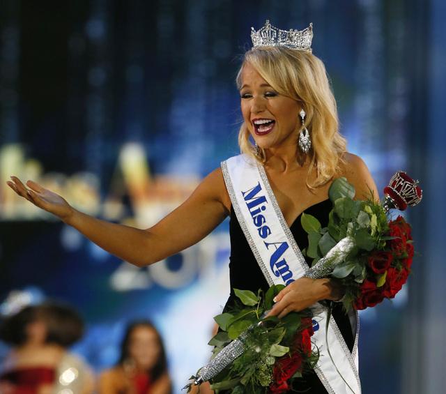 Miss Arkansas, Savvy Shields, saluda al público luego de ganar el domingo 11 la corona para el 2017, en Atlantic City, N.J. (Foto Noah K. Murray/AP).