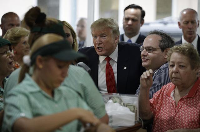 El candidato republicano Donald Trump visita un restaurante, el martes 27 de Septiembre del 2016, en Miami. (AP Photo/John Locher).