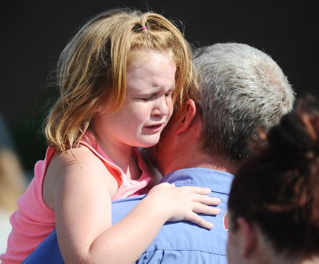 """La niña Lilly Chapman, de 8 años de edad, llora al ser reunida con su padre, John Chapman, en la iglesia """"Oakdale Baptist"""", el miércoles 28 de septiembre del 2016, en el poblado Townville, Caro ..."""
