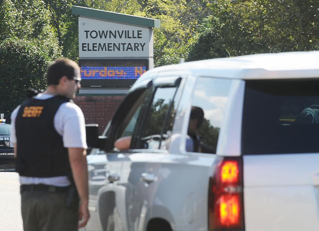 """Miembros de la fuerza policial se ven aquí frente a la """"Townville Elementary School"""" el miércoles 28 de septiembre del 2016, en la poblacion de Townville, Carolina del Sur. Un adolescente dispar ..."""