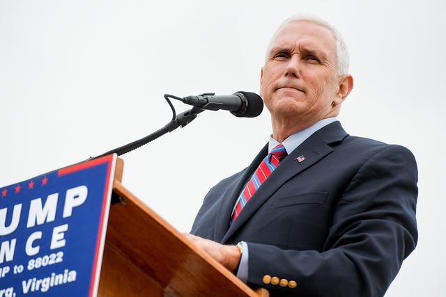 El candidato republicano a la vicepresidencia, Mike Pence, habla en un acto de campaña en Harrisonburg, Va., el 5 de octubre del 2016.  (Foto Nikki Fox/Daily News-Record via AP).