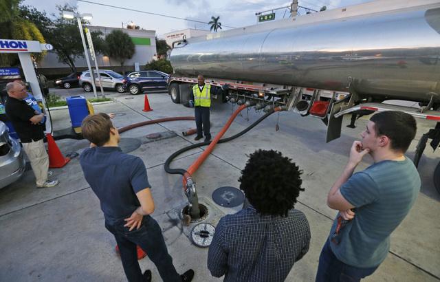 Automovilistas esperan el 5 de octubre del 2016 el reabastecimiento en una gasolinera de Hollywood, Fla., en preparación ante la inminente llegada del huracán Matthew a las costas de Florida, Ge ...
