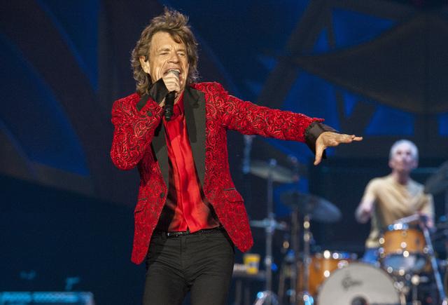 Mick Jagger, vocalista de the Rolling Stones tiene laringitis y cancelaron su show del miércoles 19 en Las Vegas. Aquí aparece en una foto de archivo, el 4 de julio del 2015, durante un conciert ...