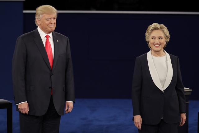 Los candidatos a la presidencia, el republicano Donald Trump, y la demócrata Hillary Clinton, aparecen en esta foto de archivo, luego de su segundo debate ocurrido en la Washington University en  ...