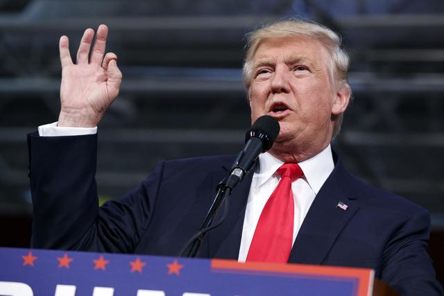 El candidato republicano a la presidencia Donald Trump habla durante un acto de su campaña, el lunes 10 de octubre del 2016, en Ambridge, Pa. (AP Photo/ Evan Vucci).