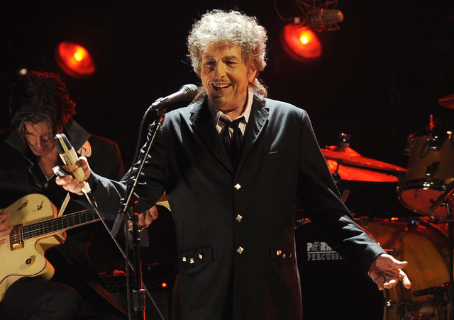 En esta foto de enero 12 del 2012 Bob Dylan actua en Los Angeles. Dylan fue nombrado ganador del Premio Nobel de Literatura, el 13 de octubre del 2016. (Foto Archivo AP/Chris Pizzello).