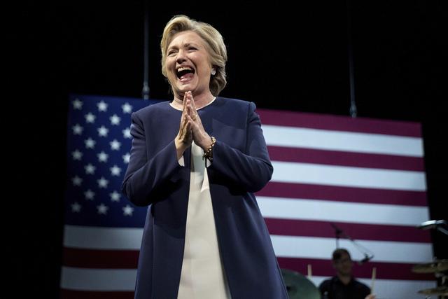 La candidata demócrata a la presidencia, Hillary Clinton, aparece en el escenario durante un evento de recaudación de fondos en San Francisco, California, el jueves 13 de octubre del 2016. (AP P ...