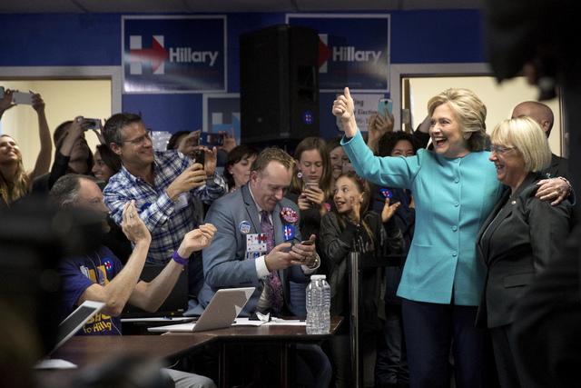 La candidata demócrata a la presidencia, Hillary Clinton, aparece acompañada de la senadora Patty Murray (D-Wash.), en una oficina de su campaña en Seattle, Washington, el pasado 4 de octubre d ...