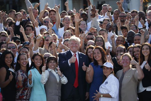 """El candidato republicano a la presidencia, Donald Trump, posa con sus empleados en el """"Trump National Doral"""", el martes 25 de octubre del 2016, en Miami. (AP Photo/ Evan Vucci)."""