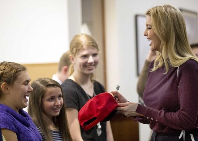 """Ivanka Trump, hija del aspirante republicano a la presidencia, Donald Trump, firma una gorra el 3 de noviembre del 2016, en un acto de campaña en """"Founders Academy"""", en Manchester, N.H. (Foto Jim ..."""