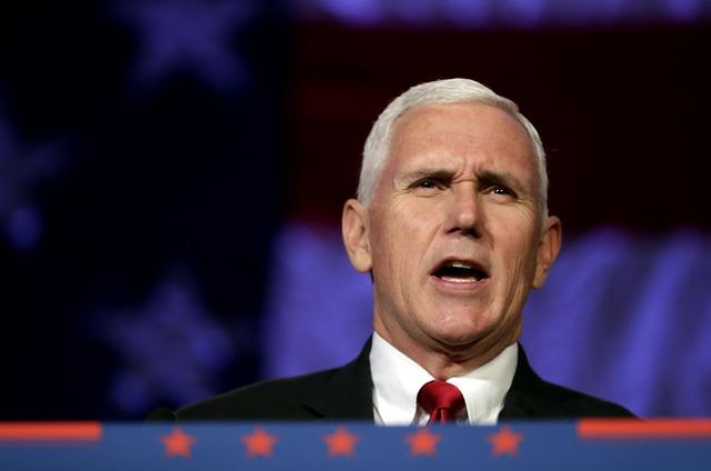 El candidato republicano a vicepresidente, y gobernador de Indiana, Mike Pence, habla en un acto de campaña el 2 de noviembre del 2016 en Mesa, Ariz. (Foto Matt York/AP).