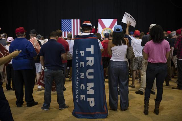 Seguidores republicanos esperan al candidato a la casa blanca, Donald Trump, para un acto de campaña, el jueves 3 de octubre del 2016 en Jacksonville, Fla. (Foto Matt Rourke/AP).