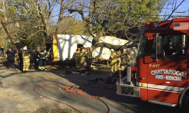 En esta foto proporcionada por el Departamento de Bomberos de Chattanooga via Chattanooga Times Free Press, los bomberos trabajan en la escena del accidente fatal que dejó muertos a cinco niños  ...
