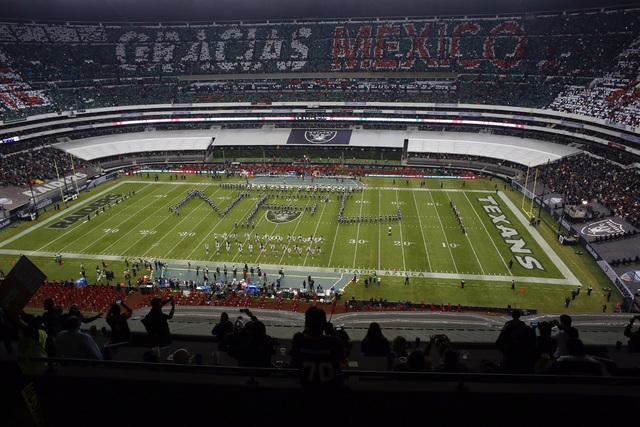"""Con letras formadas por humanos en el estadio Azteca se escribió """"Gracias México"""", mientras que en la cancha se pueden leer las iniciales NFL y a los lados los nombres de los equipos Raiders y T ..."""