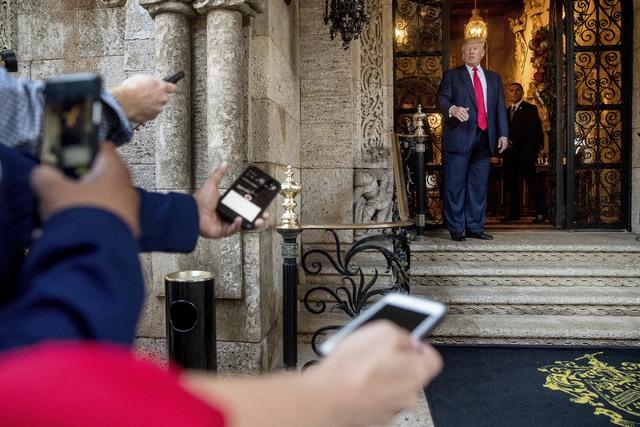 El Presidente electo, Donald Trump, derecha, habla a miembros de los medios de comunicación después de una reunión con generales y almirantes del Pentágono desde su resort Mar-a-lago, en Palm  ...