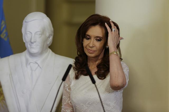 En esta foto de archivo, del 9 de diciembre del 2015, aparece la entonces presidenta de Argentina, Cristina Fernandez, al momento de develar el busto (al lado) de su esposo y expresidente Nestor K ...