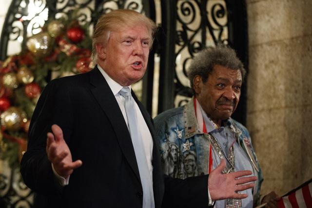 """El Presidente electo Donald Trump, izquierda, aparece aquí con el promotor de Box Don King, mientras habla a la prensa en """"Mar-a-Lago"""", el miércoles 28 de diciembre del 2016, en Palm Beach, Fla. ..."""