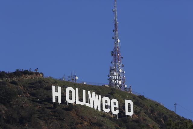 El famoso letrero Hollywood apareció vandalizado así el domingo uno de enero del 2017, en referencia a la proposición 64 que en las elecciones de noviembre pasado fue aprobada, el uso recreativ ...