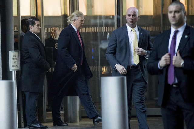 El Presidente electo Donald Trump camina hacia una reunión en el edificio One World Trade Center, en New York, el viernes 6 de enero del 2017. (AP Photo/Andrew Harnik).