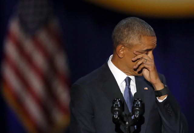 El Presidente Barack Obama seca sus lágrimas al hablar sobre su familia, su servicio como primer mandatario, la democracia en el pais y otros temas en lo que fue su discurso de adiós, en el McCo ...