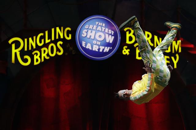 Un payaso del circo Ringling Bros. and Barnum & Bailey hace un salto durante la presentación, el sábado 14 de enero del 2017, en Orlando, Fla. Los propietarios del circo anunciaron el cierre ...