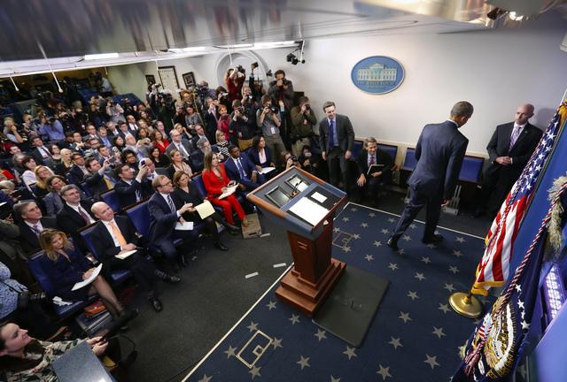 El Presidente Barack Obama se retira del podium al finalizar su última conferencia de prensa en la Casa Blanca, el miércoles 18 de enero del 2017, mientras los reporteros observan. El jueves sig ...