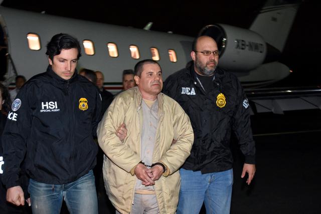 """Aquí se ve al Joaquín """"El Chapo"""" Guzmán cuando agentes de la ley estadounidenses lo escoltan el 19 de enero del 2017, luego de su extradición desde México a los EEUU. Lo conducen desde un avi ..."""