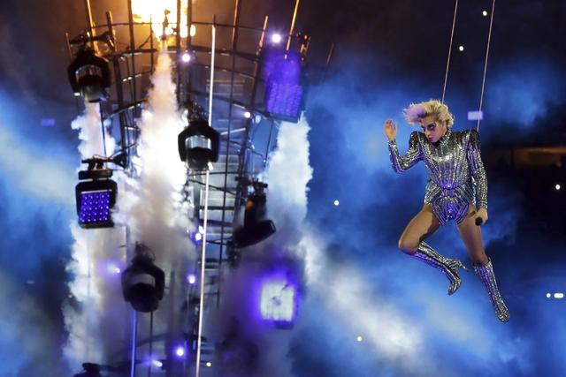 Lady Gaga en un momento de su show en el medio tiempo del Super Bowl 51, el domingo 5 de febrero del 2017 en Houston. (AP Photo/Patrick Semansky).
