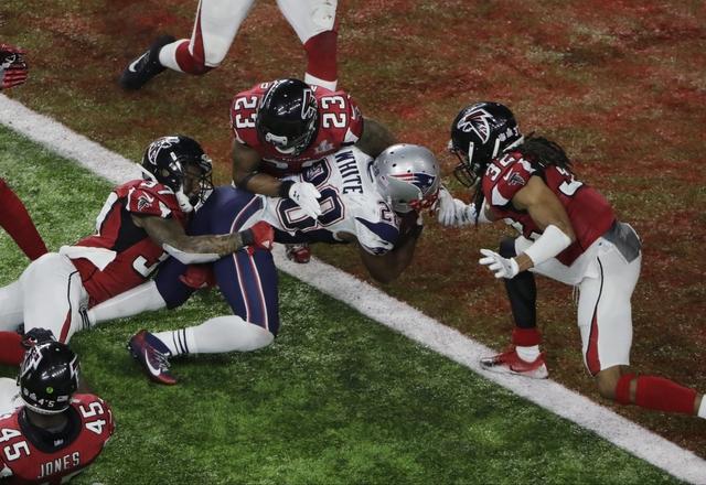 James White, jugador de Patriots de New England, marca el touchdown del triunfo durante un tiempo extra del Super Bowl número 51 de la NFL en partido contra los Falcons de Atlanta, el domingo 5 d ...