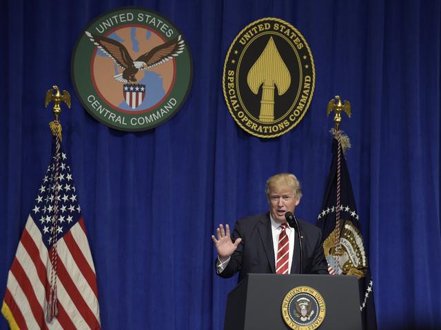 El Presidente Donald Trump habla en su visita al Comando Central de los Estados Unidos y el Comando de Operaciones Especiales, en la Base MacDill de la Fuerza Aérea en Tampa, Fla.,el 6 de Febrero ...