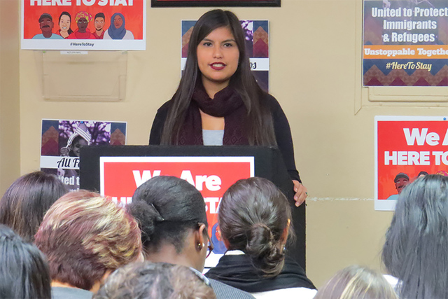 La representante de la congresista Dina Titus, Ana Quintanilla, exhortó a la comunidad a informarse sobre quiénes son sus representantes locales, miércoles 25 de enero en la oficina de la organ ...