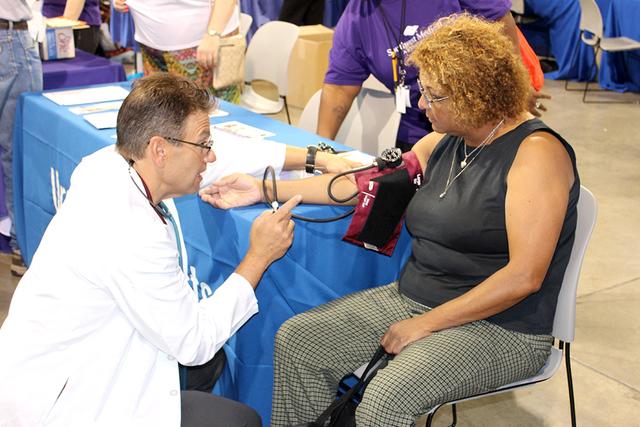 """Se brindaron servicios médicos generales, como toma de presión para los visitantes en la en la feria de salud """"Age Well, The Active 50+"""", el sábado 15 de octubre de 2016. Foto El Tiempo"""