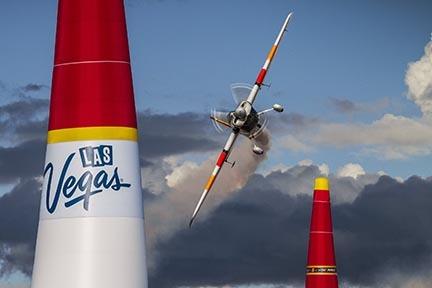 Juan Velarde, de España, pilotea su avión en el campeonato Red Bull Air Race World Championship en Las Vegas Motor Speedway, el 17 de  Octubre del 2015. (Foto archivo cortesía Red Bull Air Race ...