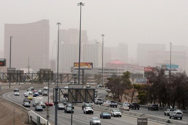 Las Vegas Strip se observa un capa de polvo que proviene de las cortinas de polvo que se produjeron en Arizona y afectaron el valle de Las Vegas, el sábado 30 de julio de 2016. La calidad del air ...