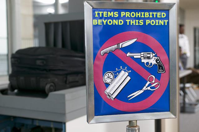 Consulte las regulaciones de TSA para averiguar las limitaciones sobre los siguientes tipos de artículos.
