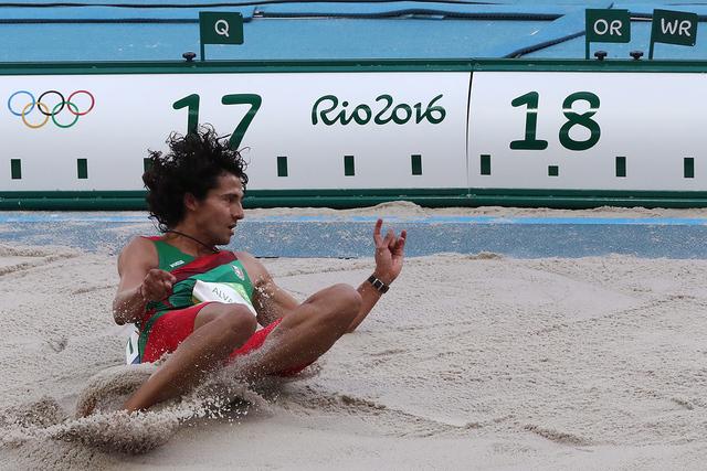 Alberto Alvarez, de México, hace su salto en la categoría varonil de triple salto. |  Foto AP/Lee Jin-man.