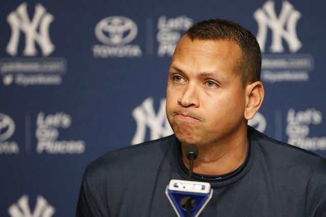 El bateador de los Yankees de New York, Alex Rodríguez hace una pausa durante una conferencia de prensa el domingo 7 de agosto de 2016  en Nueva York, después de anunciar que el viernes 12 de ag ...