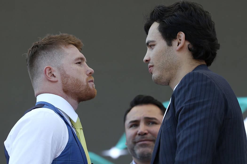 """Los boxeadores mexicanos Saúl """"Canelo"""" Álvarez, a la izquierda, y Julio César Chávez Jr., se presentan durante una conferencia de prensa en la ciudad de México, el lunes 20 de febrero de  ..."""
