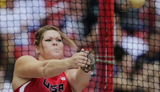 Amanda Bingson compite lanzando el martillo durante la clasi cación en el Campeonato Mundial de Atletas en el estadio Bird's Nest en Beijing, Aug. 26, 2015. (Lee Jin-man/AP)
