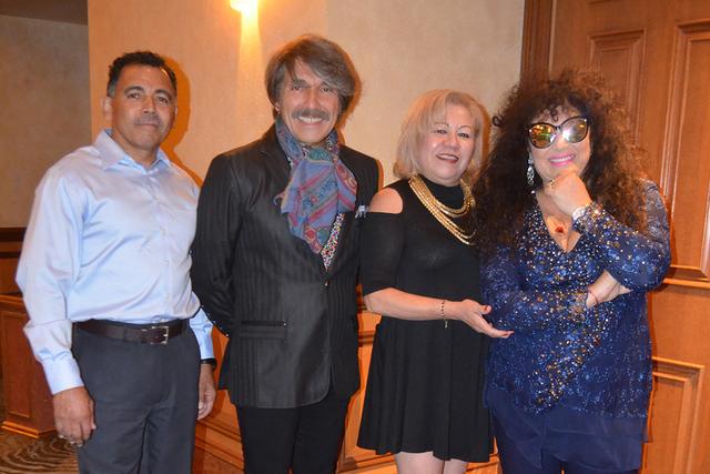 Azucena Guevara y su amigo Carmelo Vega también fueron ganadores para tomarse la foto junto a al dueto argentino. Foto El Tiempo