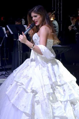 Ana Barbará luciendo un espectacular vestido blanco en su concierto. Foto/El Tiempo