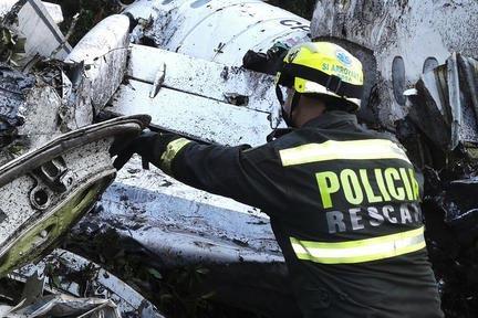 """Un policía rescatista trabaja con los restos del avión accidentado, cerca de Medellín , Colombia, en el que viajaba el equipo brasileño de soccer """"Chapecoense"""", el 29 de noviembre del 2016. (C ..."""