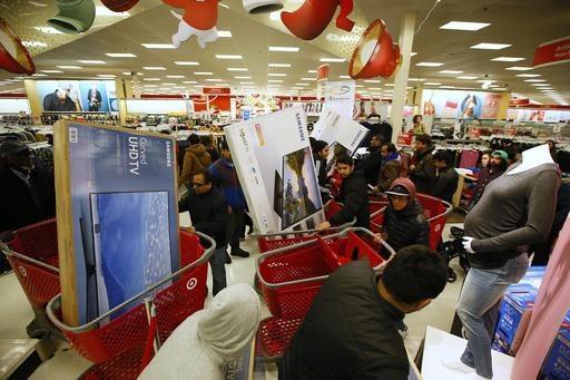 """Consumidores toman ventaja del """"Black friday"""" en la tienda Target, con las ofertas en electrónicos, el jueves 24 de noviembre del 2016, en Jersey City, N.J. Muchas tiendas abrieron antes del vier ..."""