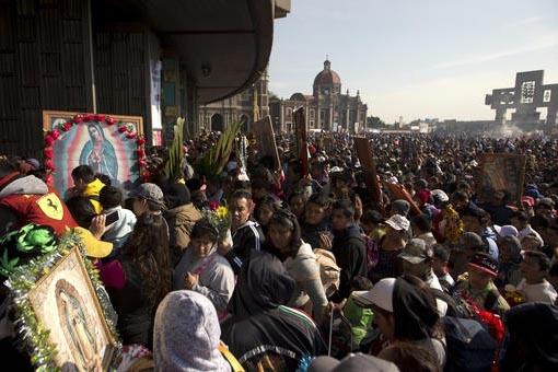 Peregrinos esperan su turno para entrar a la Basílica de Guadalupe a ver la imagen de la Virgen, en su 485 aniversario, el lunes 12 de diciembre del 2016 en la Ciudad de México. Por la tarde de  ...
