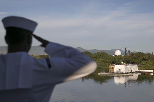Un marinero hace un saludo marcial ante el USS Arizona memorial el miércoles 7 de diciembre del 2016  en Honolulu, en el 75o. aniversario del ataque japonés a Pearl Harbor. (AP Photo/Marco Garcia).