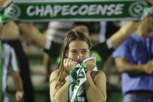 """Una mujer fan del equipo de soccer """"Chapecoense"""", de Brasil, muestra su pesar en el estadio Arena Conda, en Chapeco, Brasil, el martes 29 de noviembre del 2016. El equipo falleció en el avión ac ..."""