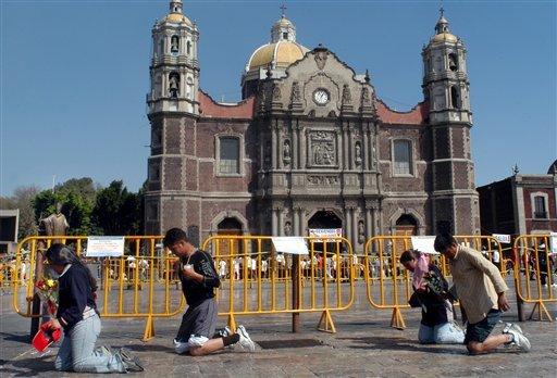 """Peregrinos avanzan de rodillas a venerar a la Virgen de Guadalupe, en la Ciudad de México. Al fondo se ve el templo antiguo de la llamada """"La Villa"""", o """"La Basilica"""" de la Virgen de Guadalupe. La ..."""