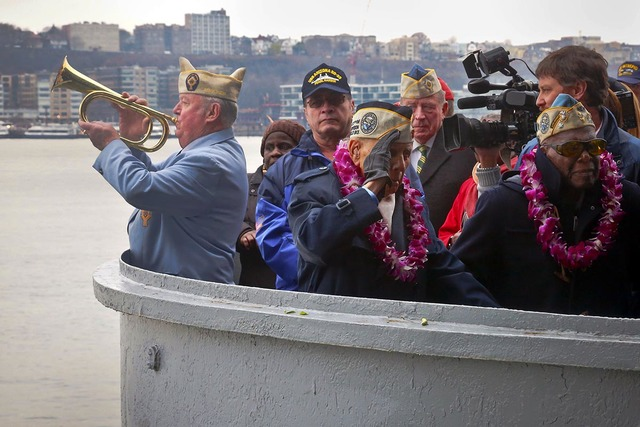 """El comandante de los Veteranos de Guerra Católicos de Nueva York, James Mullarkey, izquierda, ejecuta unos """" """"Taps"""" con su corneta, mientras otros exmilitares sobrevivientes de Pearl Harbor se re ..."""