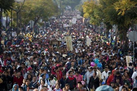 """Cientos de miles de peregrinos avanzan por una de las avenidas que dan acceso a la """"Basílica de Guadalupe"""", en la Ciudad de México, el lunes 12 de diciembre del 2016. Llevan estandartes y divers ..."""